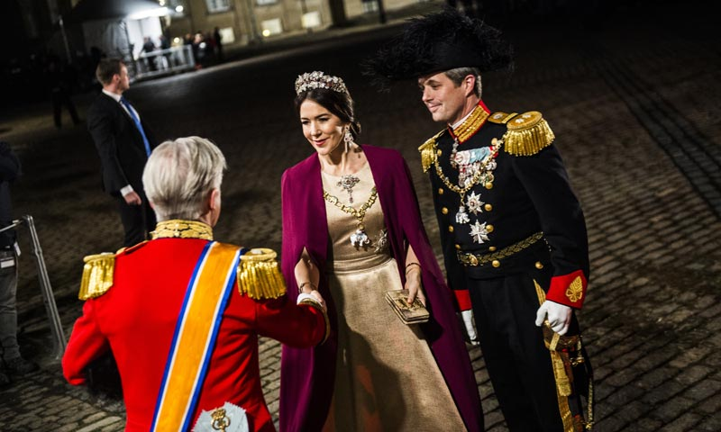 La Familia Real de Dinamarca demuestra que 'más es mucho más' en la solemne recepción de Año Nuevo