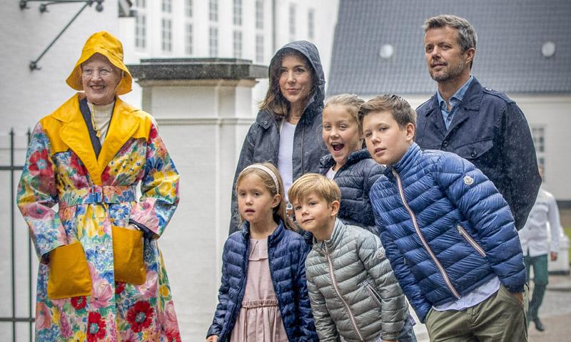 Margarita de Dinamarca, protagonista absoluta de la cita de verano en Gråsten con su vistoso chubasquero