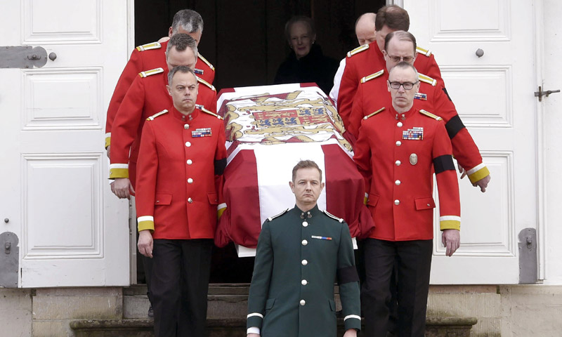 El féretro del príncipe Henrik llega a Copenhague y la Familia Real recibe el cariño de los daneses