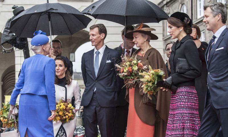 El despiste que dejó a Mary de Dinamarca sin acompañante en la apertura del Parlamento