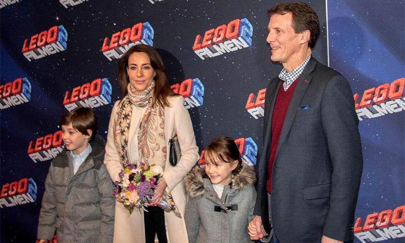 Joaquín y Marie de Dinamarca disfrutan de una tarde de cine con sus hijos