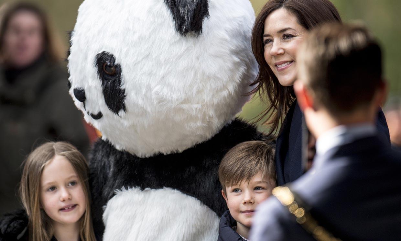 Mary de Dinamarca y sus mellizos se hacen amigos de los pandas igual que la reina Sofía