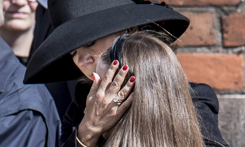 Mary de Dinamarca consuela a su hija en el funeral de los hijos del dueño de ASOS