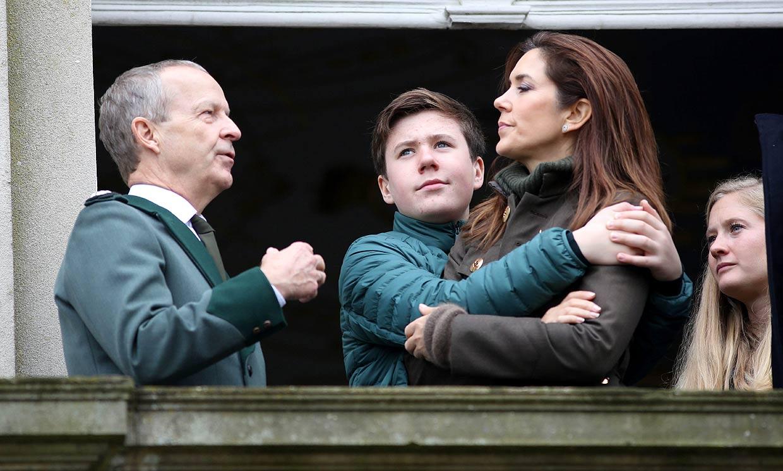Mary de Dinamarca y sus hijos se deshacen en abrazos y carantoñas en Palacio