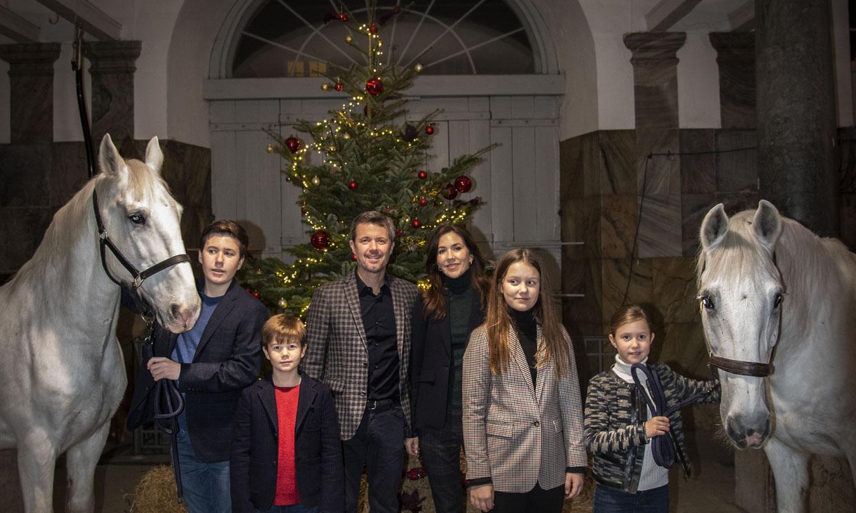 Federico y Mary de Dinamarca invitan a un festín de dulces navideños... ¡a sus caballos!