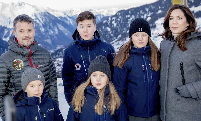 Federico y Mary de Dinamarca arropan a sus hijos en su primer día de colegio en Suiza