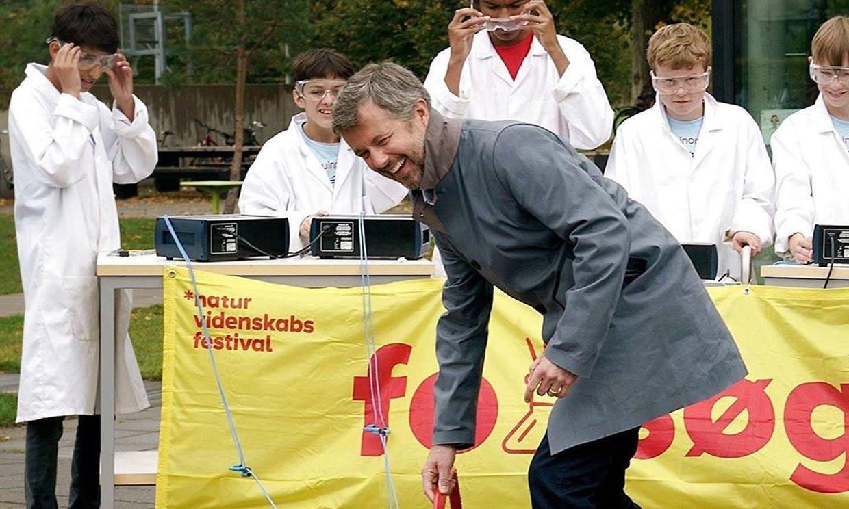 Federico de Dinamarca participa en un experimento científico... ¡y acaba a carcajadas!