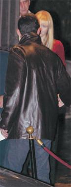 El príncipe Felipe junto a un grupo de amigos en una discoteca madrileña