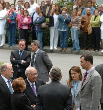 Los Príncipes de Asturias animan a las víctimas del accidente en Pola de Lena