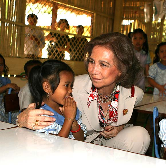La Reina conoce el 'milagro' del obispo español Kike Figaredo en Camboya