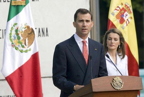 Los príncipes de Asturias, recibidos con honores a su llegada a México