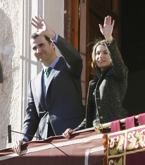 A don Felipe le cantan el 'Cumpleaños feliz' en su visita a Yecla