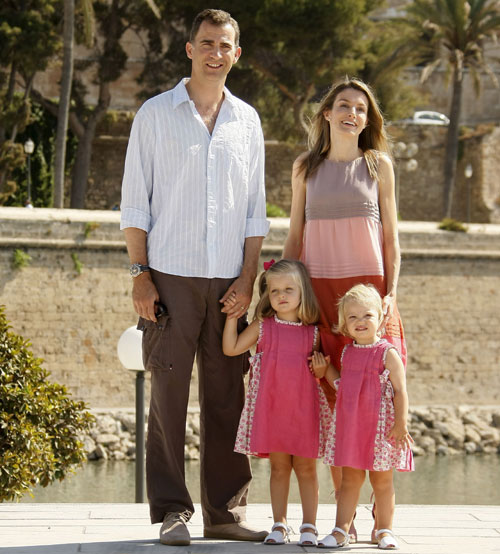 Los Príncipes de Asturias y sus hijas pasean por las calles de Palma