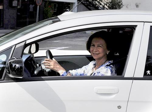 """Al detenerse en un semáforo en rojo, doña Sofía saludó a los fotógrafos y dijo que el vehículo iba """"fenomenal"""""""