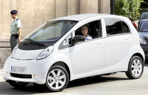 La Reina ha estrenado su primer coche eléctrico paseando por las calles de Palma de Mallorca