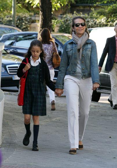 La infanta Elena acompaña a su hija Victoria en su vuelta al colegio