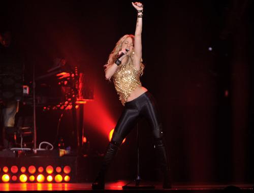 Más sexy que nunca, la cantante colombiana lució un top dorado y unos ajustados leggins negros