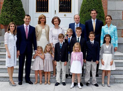La Familia Real al completo acude a la Primera Comunión de Miguel, tercer hijo de los Duques de Palma