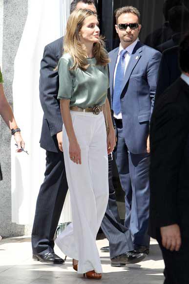 El último 'look' de la princesa de Asturias: pantalón blanco de talle alto y pierna ancha