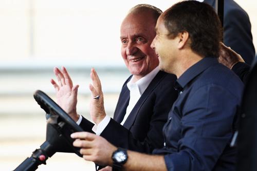 El rey Juan Carlos en las carreras de Fórmula 1 de Abu Dhabi montado en un coche eléctrico