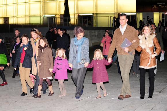 La Reina, los príncipes de Asturias y sus hijas, y la infanta Elena con Felipe y Victoria de Marichalar, juntos en el Circo del Sol
