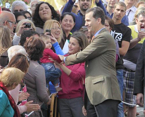 """En el núcleo de La Restinga les esperaban numerosos ciudadanos, que hasta en tres veces le cantaron """"cumpleaños feliz"""" al heredero"""