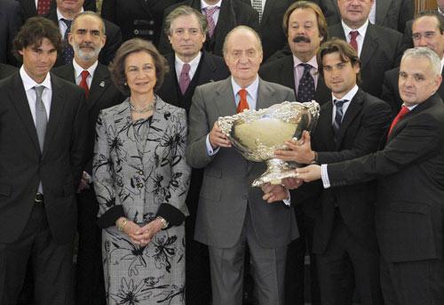 El cariñoso abrazo de don Juan Carlos al equipo español de la Copa Davis
