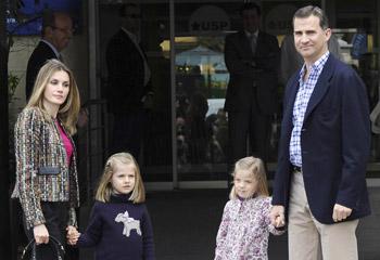 Los príncipes de Asturias y sus hijas visitan al Rey en el hospital