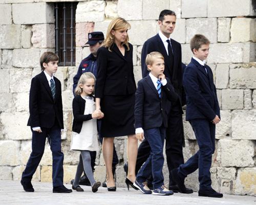 Iñaki Urdangarín despide a su padre arropado por la infanta Cristina y sus hijos