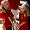 Las infantas Leonor y Sofía, emocionadas con la copa de los Campeones de Europa