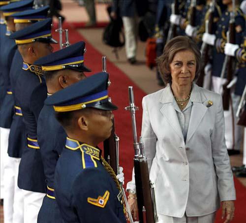 La Reina, la gran ausente del homenaje real a 'La Roja', inicia su viaje de cooperación a Filipinas