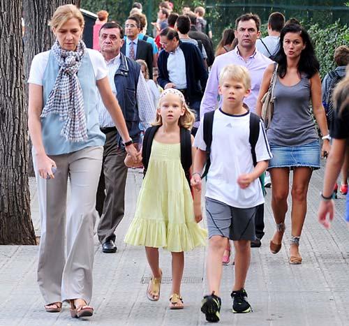 La infanta Cristina acompaña a sus hijos Miguel e Irene Urdangarín en su vuelta al cole