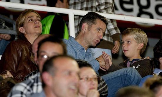 Los Duques de Palma y sus hijos, seguidores del balonmano en Barcelona