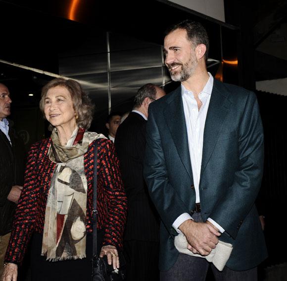 La reina Sofía y el príncipe Felipe, tras visitar al monarca: 'Estamos muy tranquilos'