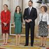Recién aterrizados de Roma los Príncipes de Asturias se unen a la Reina y a la infanta Elena para recibir al COI