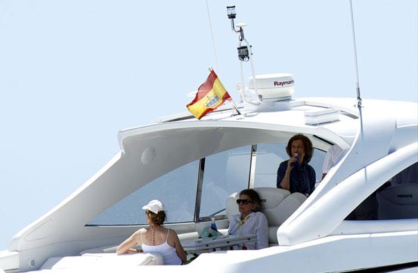 La reina Sofía y la infanta Elena siguen al príncipe Felipe en las regatas, mientras los nietos de los Reyes continúan sus prácticas de vela