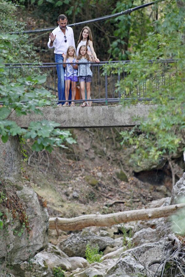 Los Príncipes de Asturias, tarde de paseo y visita cultural con sus hijas, las infantas Leonor y Sofía