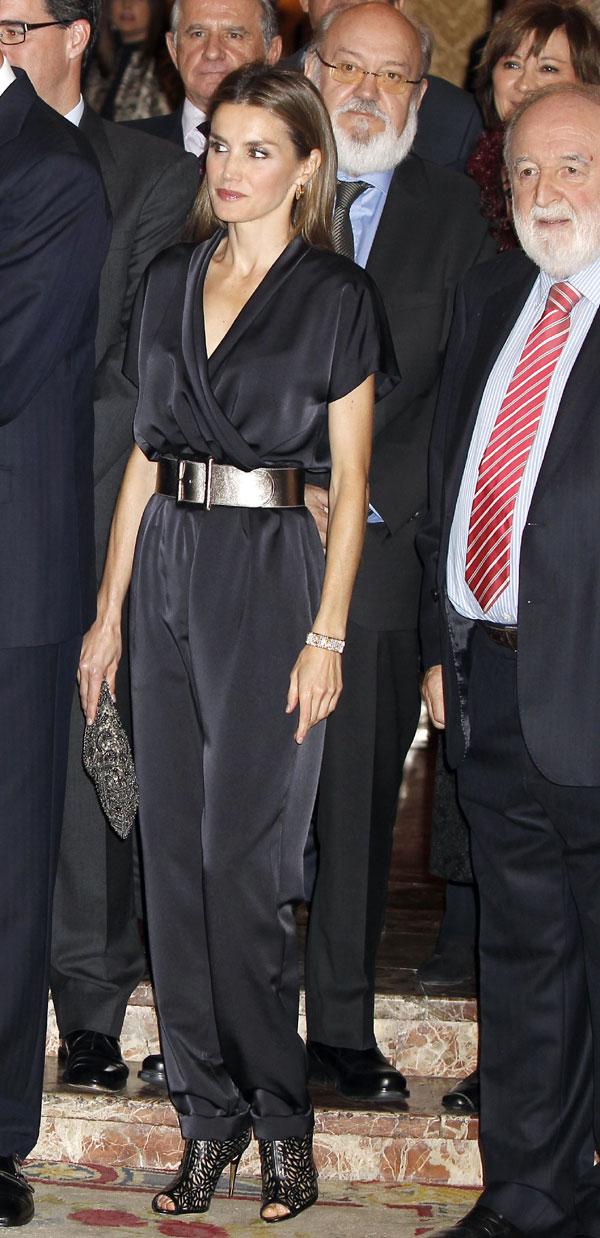 Doña Letizia se apunta a la moda del 'jumpsuit' y vuelve a vestir la agenda oficial de tendencias