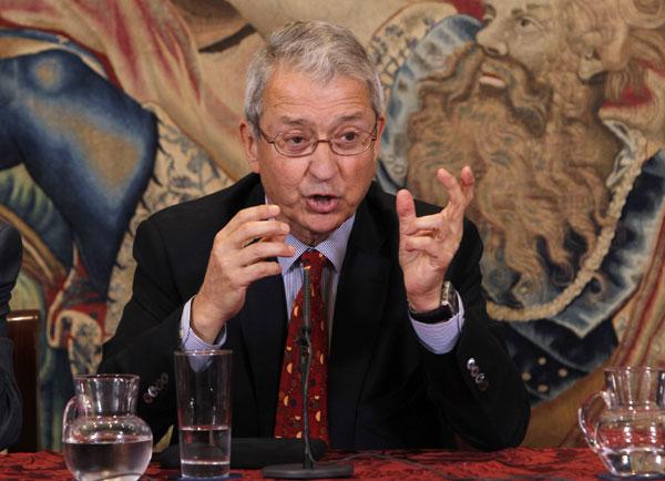 Miguel Cabanela, cirujano del Rey: 'Don Juan Carlos se echó betadine y fingió una caída'