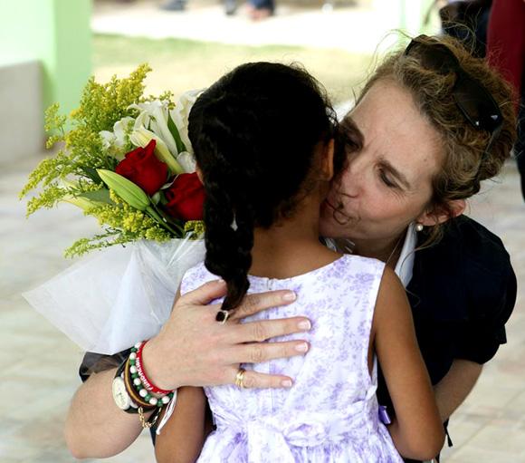 La infanta Elena, todo ternura con los niños de República Dominicana