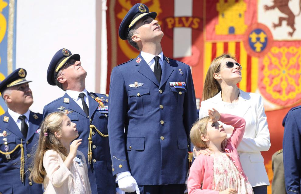 Las infantas Leonor y Sofía asisten a su primer acto militar junto a los Príncipes de Asturias