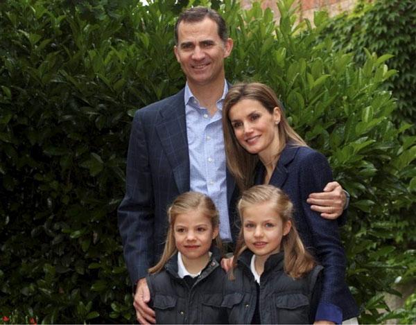 Los Príncipes posan con sus hijas en el día de su décimo aniversario de boda