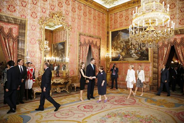 Los nuevos reyes felipe y letizia saludar n uno a uno a 2 - Casa de los reyes de espana ...