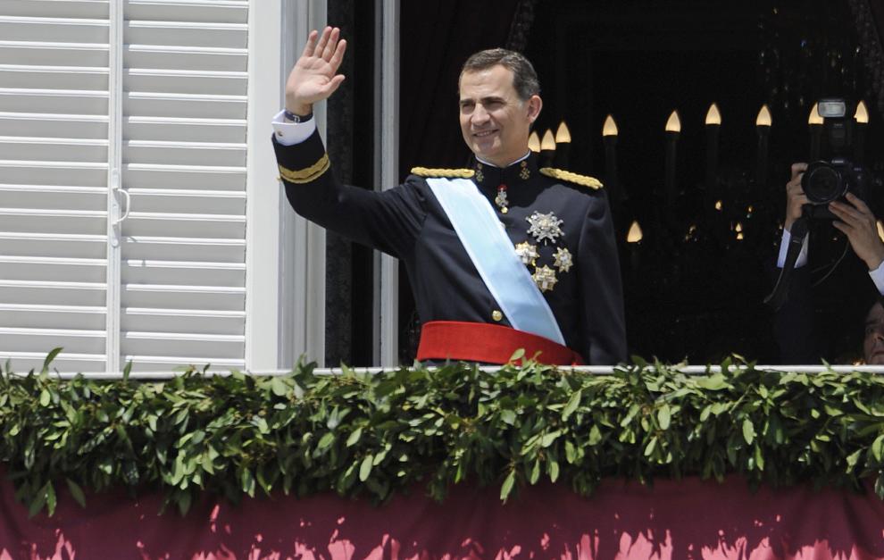 La nueva Familia Real española se asoma por primera vez al balcón del Palacio de Oriente