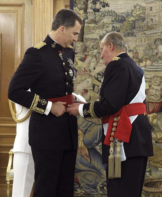 Don Juan Carlos impone el Fajín de Capitán General al Rey Felipe VI de España