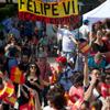 Coronas, banderas, smartphones y la revista ¡HOLA! para aclamar a Felipe IV