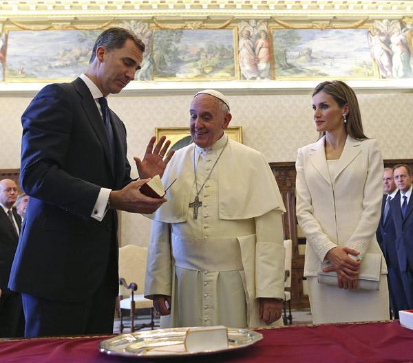 Felipe VI se despide del papa Francisco 'con la esperanza de verle en España'