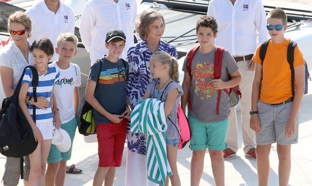 Comienza el verano real en Palma: doña Sofía acompaña a sus nietos a sus clases de vela