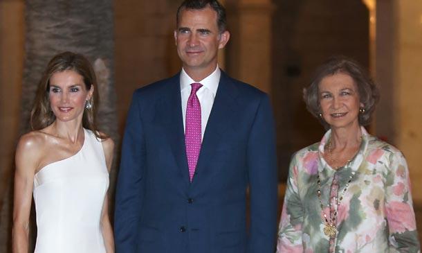 Don Felipe y doña Letizia, acompañados por la reina Sofía, dan un nuevo estilo a la tradicional recepción en Mal