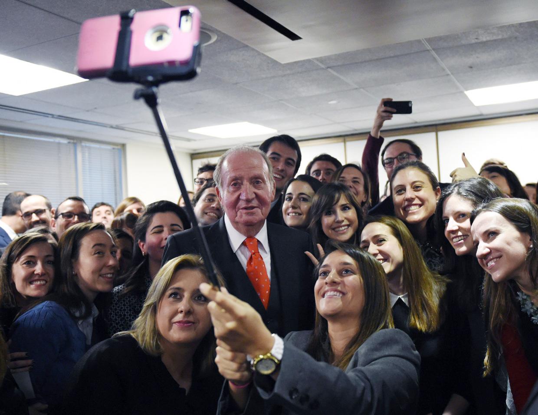 El rey Juan Carlos se suma a la moda de los 'selfies'